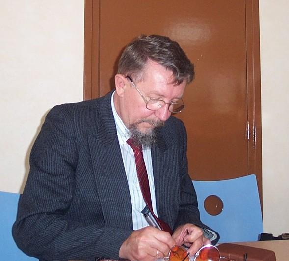 """prof. Kazimierz Dopierała red. \""""Encyklopedii Polskiej emigracji i Polonii\""""."""